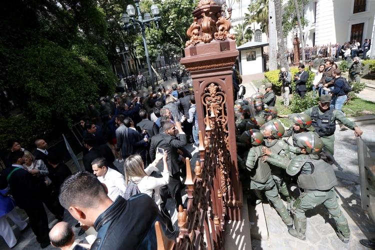 El régimen le prohibió el ingreso a la Asamblea Nacional a los diputados de la oposición (REUTERS/Manaure Quintero)