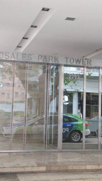 La entrada al edificio donde sucedió la golpiza, con el patrullero de la Policía de la Provincia de Buenos Aires en la puerta