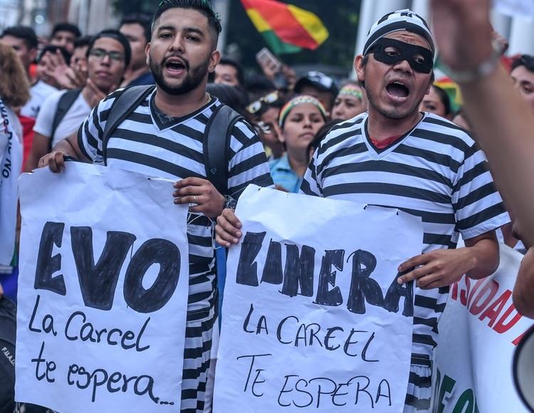 """Evo la cárcel te espera"", dice el cartel de estos manifestantes (REUTERS/Rodrigo Urzagasti)"