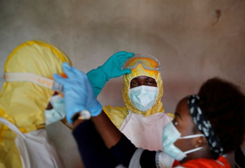 FOTO DE ARCHIVO: Trabajadores de la salud durante el funeral de una persona que supuestamente murió de ébola en Beni, provincia de Kivu del Norte de la República Democrática del Congo, 9 de diciembre de 2018. REUTERS/Goran Tomasevic
