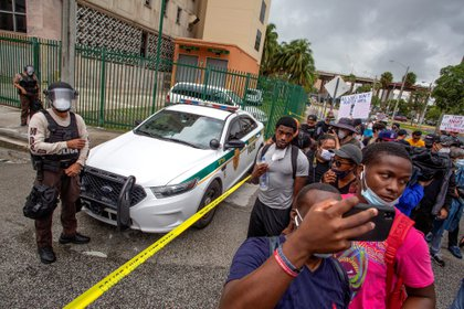 Miami Dade Police officers stand as protesters march around the Miami-Dade County Pre-Trail Detention Center, in response to the death of George Floyd, in Miami, Florida, USA, 02 June 2020. EFE/Cristobal Herrera