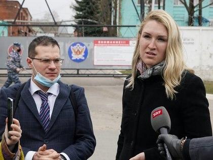 Navalny Yaroslav Ashikmin e la dottoressa Anastasia Vasilieva sono fuori dalla colonia penale IK-3 a Vladimir.  (Reuters / Tatiana Makieva)