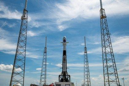 El cohete Falcon 9 antes de su despegue para transportar el satélite de observación argentino SAOCOM 1B, en el Complejo Espacial de Lanzamiento 40 (SLC-40) de la base aérea de Cabo Cañaveral, Florida (EE.UU.) EFE/SpaceX