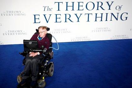 """Hawking durante una presentación de """"La teoría del todo"""", una película basada en su vida (Reuters/Andrew Winning/archivo)"""