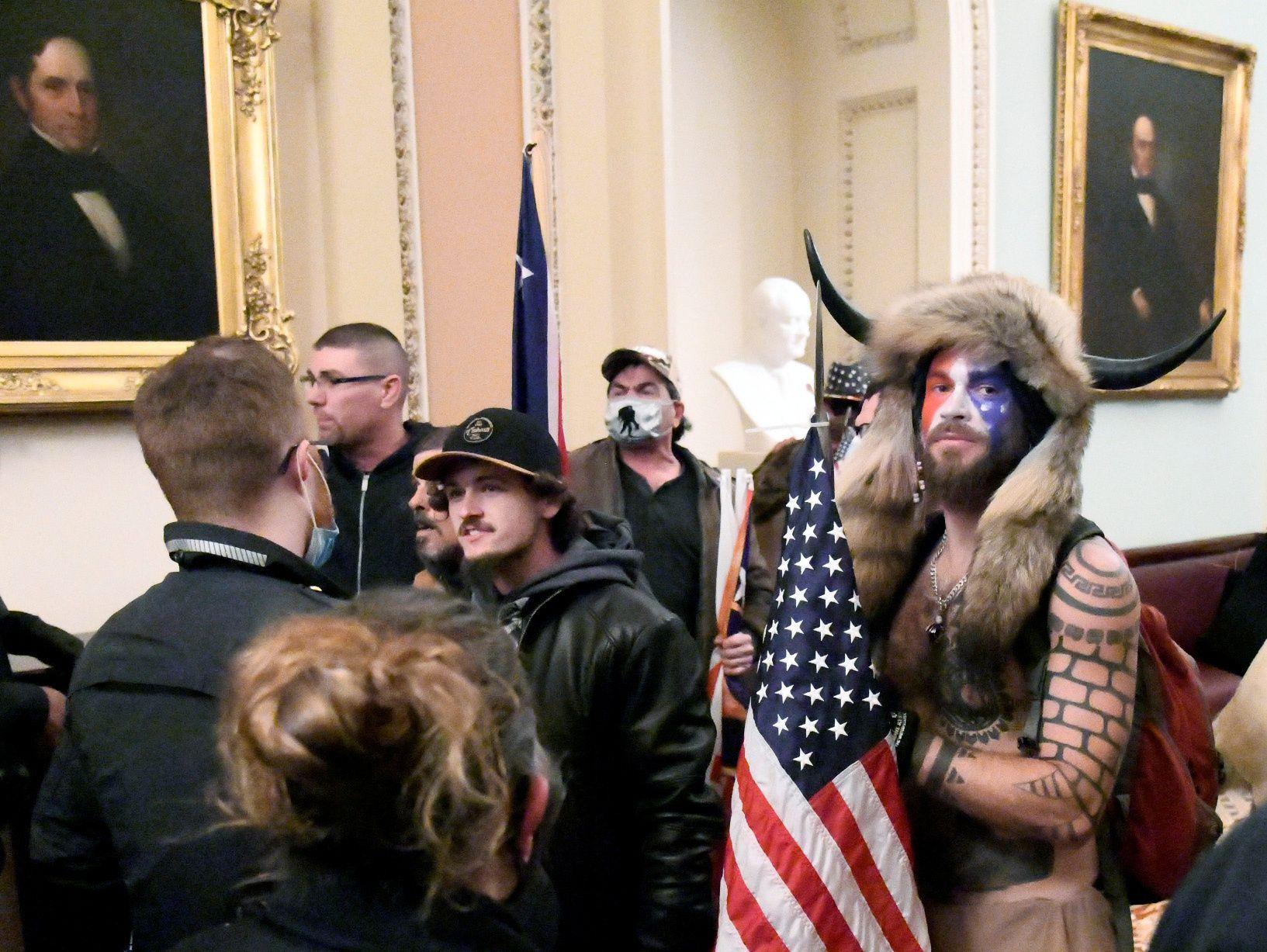 Jake Angeli en el Capitolio disfrazado de guerrero sioux. Foto de Mike Theiller, REUTERS