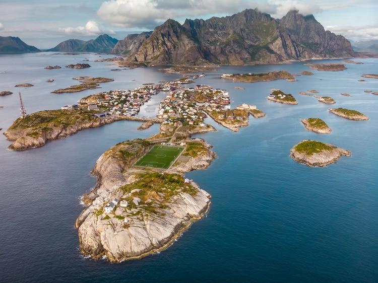 Hasta 1983, los islotes del pueblo no estaban unidos por una carretera con Lofoten, lo que mantuvo un estilo arquitectónico propio, quedado en el tiempo. La cancha marca el final de la carretera. (Shutterstock.com)