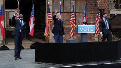 Joe Biden en un acto de apoyo a los candidatos demócratas al Senado de los Estados Unidos en Georgia: el reverendo Raphael Warnock y Jon Ossoff (REUTERS/Mike Segar)