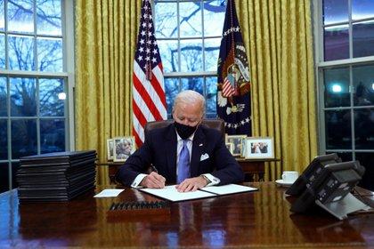 Biden firmó 15 decretos en su primer día como presidente de los Estados Unidos. Foto: REUTERS/Tom Brenner