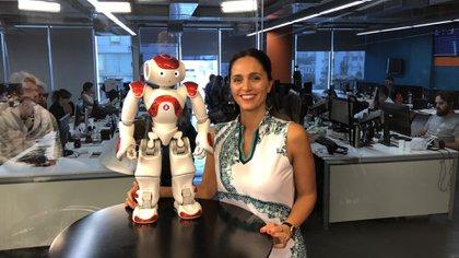 El robot Anel durante la entrevista al hacker profesional, Lucas Apá