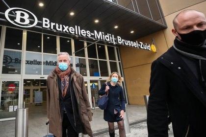 El jefe negociador de la Unión Europea, Michel Barnier, llega a la estación de tren de Bruselas, a su regreso de Londres, tras anunciar una pausa en las conversaciones. REUTERS/Yves Herman