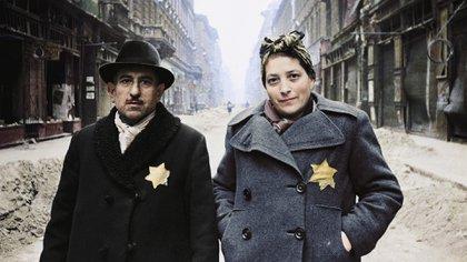 Una pareja de judíos húngaros en Budapest en 1945, poco después del final de la guerra (Cortesía Editorial Head of Zeus)