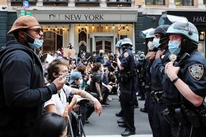 Protestas por la desigualdad racial y la brutalidad policial en Nueva York. Foto: REUTERS/Jeenah Moon
