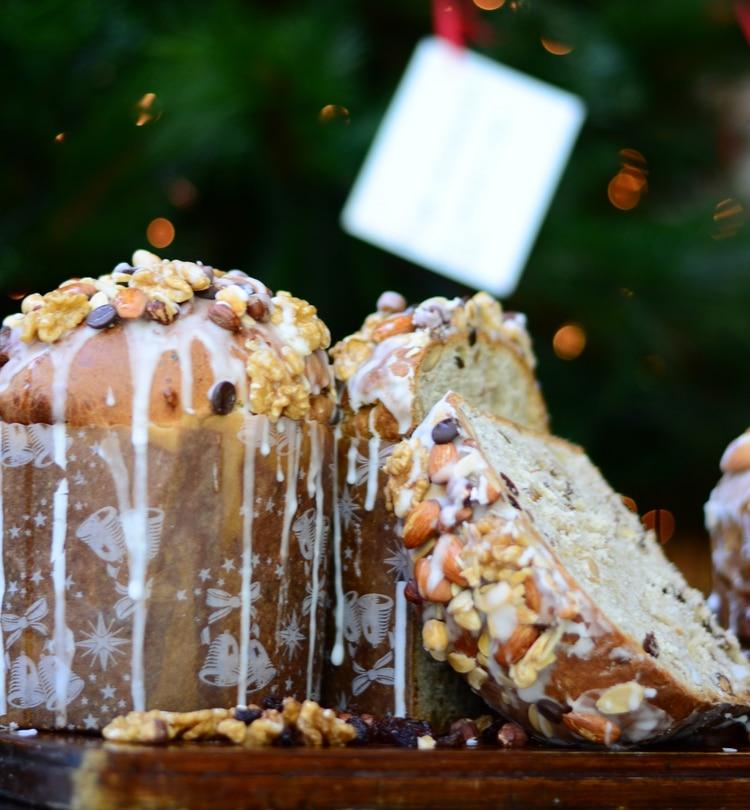 Para decorarlo, muchos pasteleros lo hacen con glasé real, que eso se hace con azúcar impalpable y jugo de limón