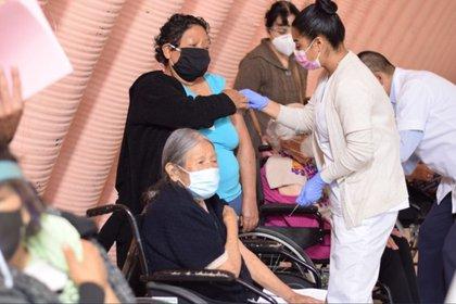 Ya se ha vacunado el 87% de mayores de 60 años en 12 días, es decir 157, 615 inmunizaciones  Foto: (Facebook Fernando Vilchis)