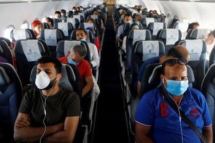 Imagen de archivo de pasajeros usando mascarillas sentados en un avión en el Aeropuerto Internacional Sharm el-Sheikh, en medio de la pandemia de COVID-19, la enfermedad causada por el coronavirus, en Sharm el-Sheikh, Egipto. 20 de junio, 2020. REUTERS/Mohamed Abd El Ghany/Archivo