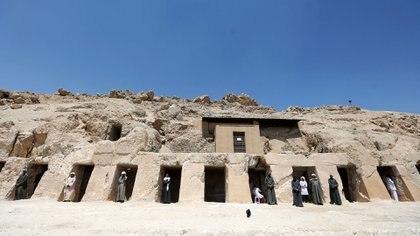 Dentro de las tumbas había objetos que se colocaban para acompañar alos difuntos en la otra vida (REUTERS)
