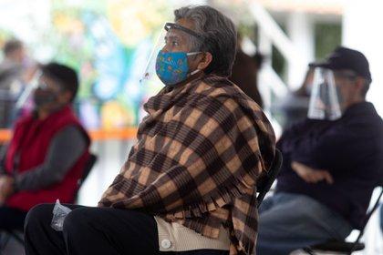 Los adultos mayores deberán acudir a la cita de vacunación desayunados y, en caso de padecer alguna comorbilidad, con sus medicamentos ingeridos (Foto: Graciela López / Cuartoscuro)