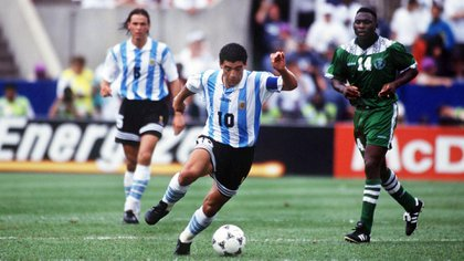 Maradona lleva la pelota en el segundo encuentro por la fase de grupos del Mundial 94 ante Nigeria: fue 2-1 a favor de Argentina (Shutterstock)