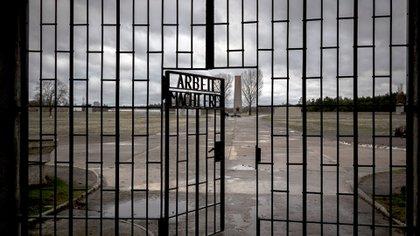 """En Sachsenhausen, como muchos campos nazis, la entrada decía: """"El trabajo libera""""."""