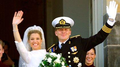 El saludo desde el balcón del Palacio real. Máxima lució  una tiara de la Casa Orange de Sofía de Wurttemberg, primera mujer del rey Guillermo III, y los aros de diamantes en forma de lágrima que usó la reina Beatriz en su boda (Shutterstock)