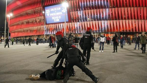 Los agentes de la Ertzaintza detienen a un ultra ruso (EFE)