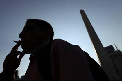 Fumar incrementa el riesgo de padecer COVID-19 en forma severa o grave - REUTERS/Matias Baglietto