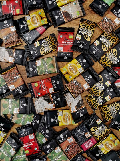 La marca trabaja los sabores y las bondades de plantas nativas como la muña muña, el cedrón, o la hierba luisa