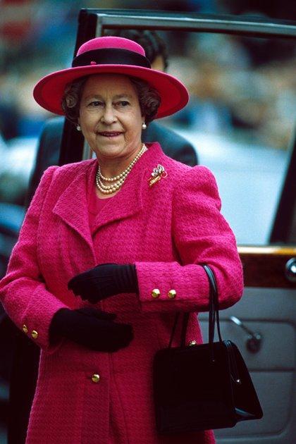 Uno de sus retratos, intervenido, fue tapa del disco God Save the Queen, de los Sex Pistols