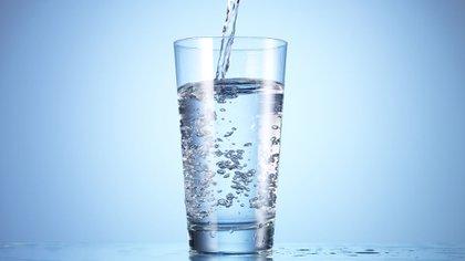 ¿Beber agua reduce los efectos adversos de la vacuna contra el COVID-19?