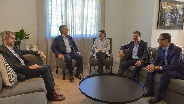 Marcos Peña, Mauricio Macri, Alberto Abad, Nicolás Dujovne y Leandro Cuccioli, esta tarde en la residencia presidencial de Olivos