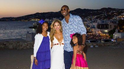 Kobe, su esposa Vanessa y dos de sus hijas; Natalia y Gianna (Shutterstock)