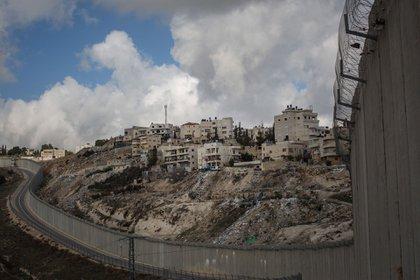 Desde que comenzó construirlo en 2002, Israel ha ido extendiendo el muro (con tramos de concreto, otros de zanjas y alambradas) que la separa de los Territorios Palestinos de Cisjordania. Israel defiende su construcción como la manera más de eficaz de defenderse del terrorismo islámico, mientras, los palestinos denuncian que se vulnera su libre tránsito y se construyen colonias en su territorio (Getty Images)