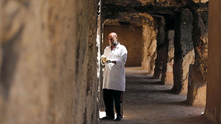 Un arqueólogo trabaja en los nuevos descubrimientos (REUTERS)