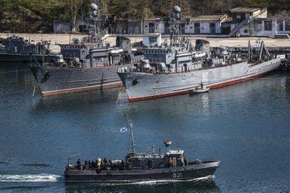 Buques de guerra rusos atracados en el puerto de la ciudad de Sebastopol, en Crimea (Ucrania). EFE/Sergei Ilnitsky/Archivo