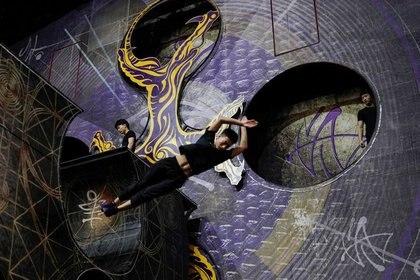 """FOTO DE ARCHIVO. Artistas entrenan para el espectáculo """"La tierra de la fantasía"""" del Cirque du Soleil en Hangzhou, provincia de Zhejiang, China. 8 de julio de 2020. REUTERS/Aly Song"""