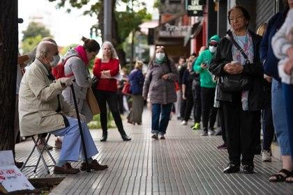 Jubilados hacen cola en un banco de Villa Urquiza