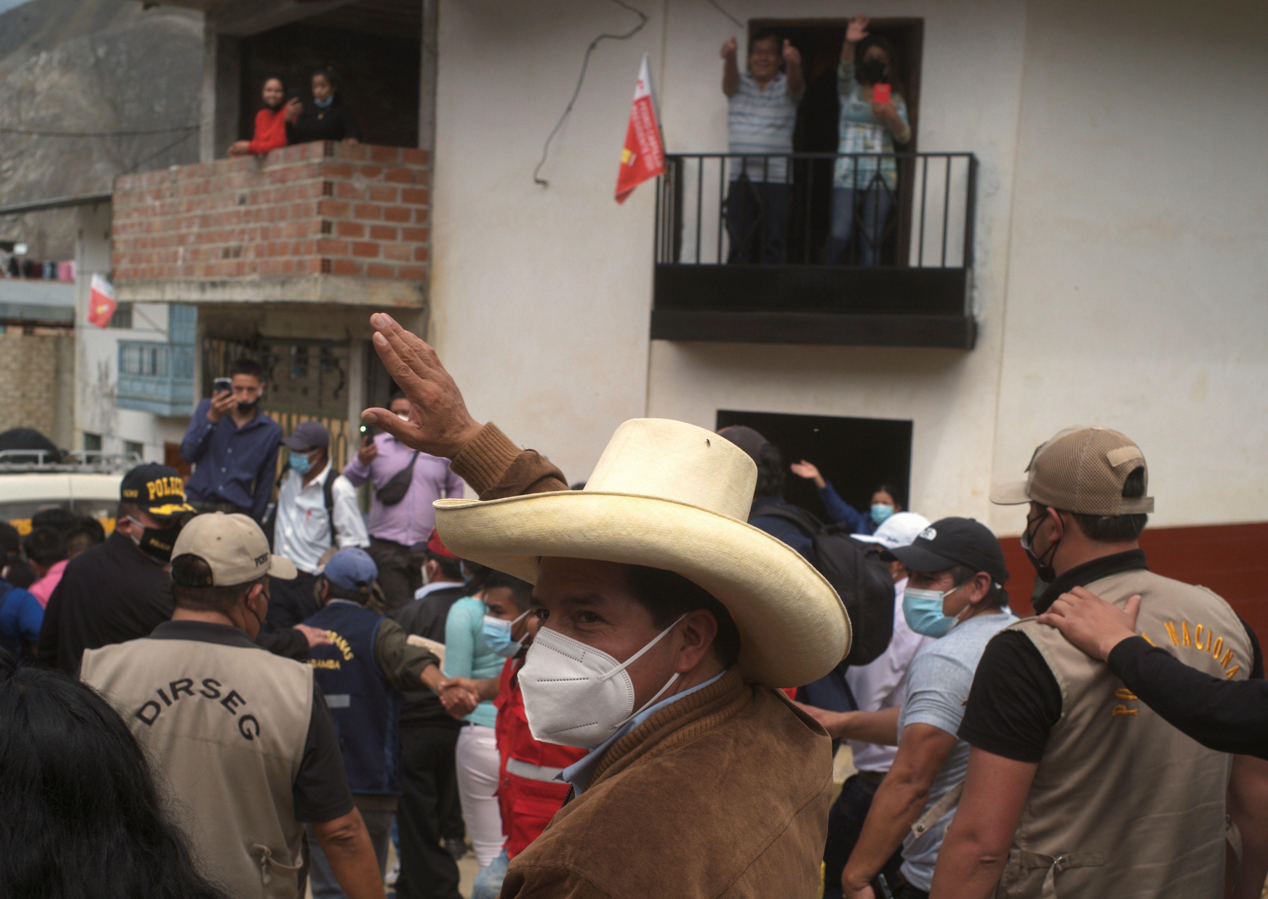 Castillo antes de votar en Tacabamba (Foto: REUTERS/Alessandro Cinque)