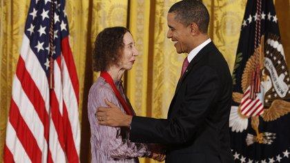 Barack Obama le entrega la National Medal of Humanities a Joyce Carol Oates (REUTERS/Larry Downing)