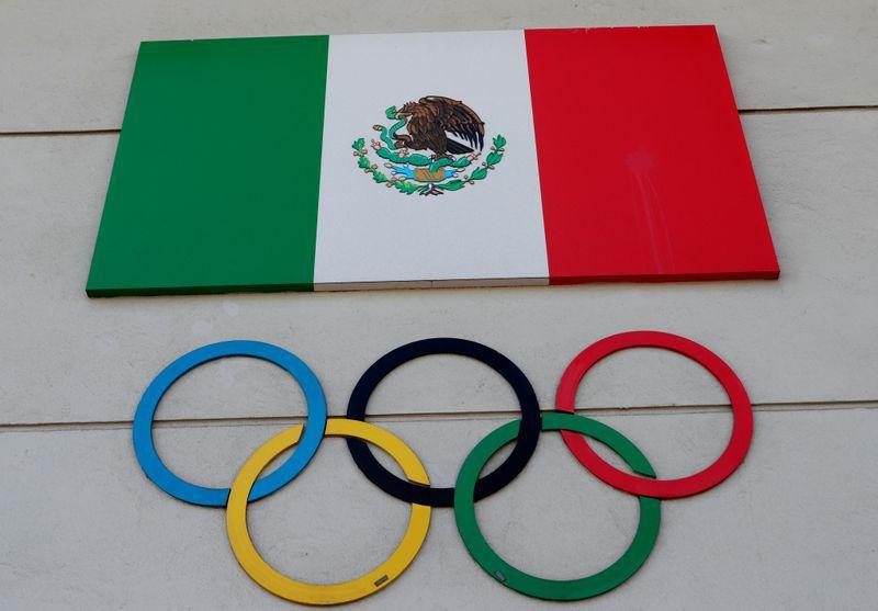 Foto del martes los anillos oolímpicos y la bandera de México en el edificio del Comité Olímpico Mexicano.  Mar 24, 2020. REUTERS/Henry Romero