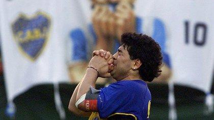Foto de archivo de la leyenda del fútbol Diego Maradona durante su partido despedida en el estadio de Boca Juniors en Buenos Aires. REUTERS Nov 10, 2001.