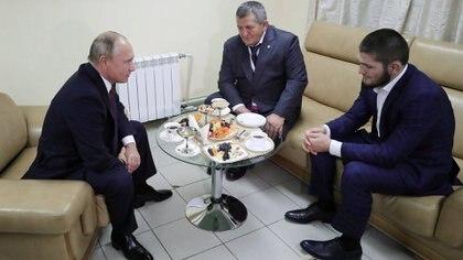 Khabib Nurmagomedov junto a su padre en una reunión con Vladimir Putin (REUTERS)