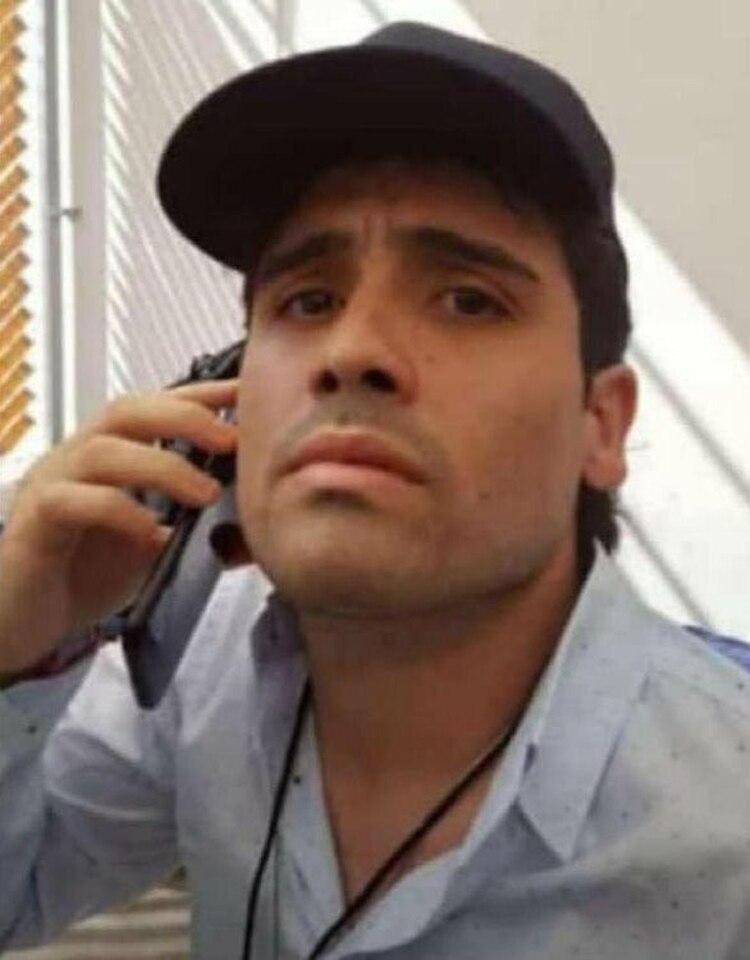 Incluso cuando habla por teléfono, la mira de Ovidio Guzmán sigue siendo de arriba hacia abajo (Foto: Archivo)