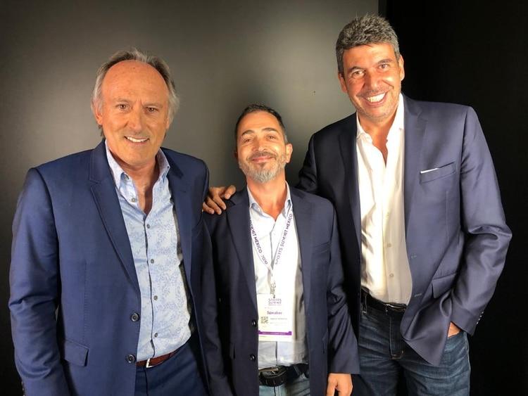 Guillermo Bassignani (presidente de AureliaTech), Favio Spósito (CEO) y el empresario mexicano Arturo Elías Ayub, Director de Alianzas Estratégicas y Contenidos de América Móvil, Director General de la Fundación TELMEX y Director de Uno TV, durante un encuentro en el Sports Summit México 2020 (Infobae)
