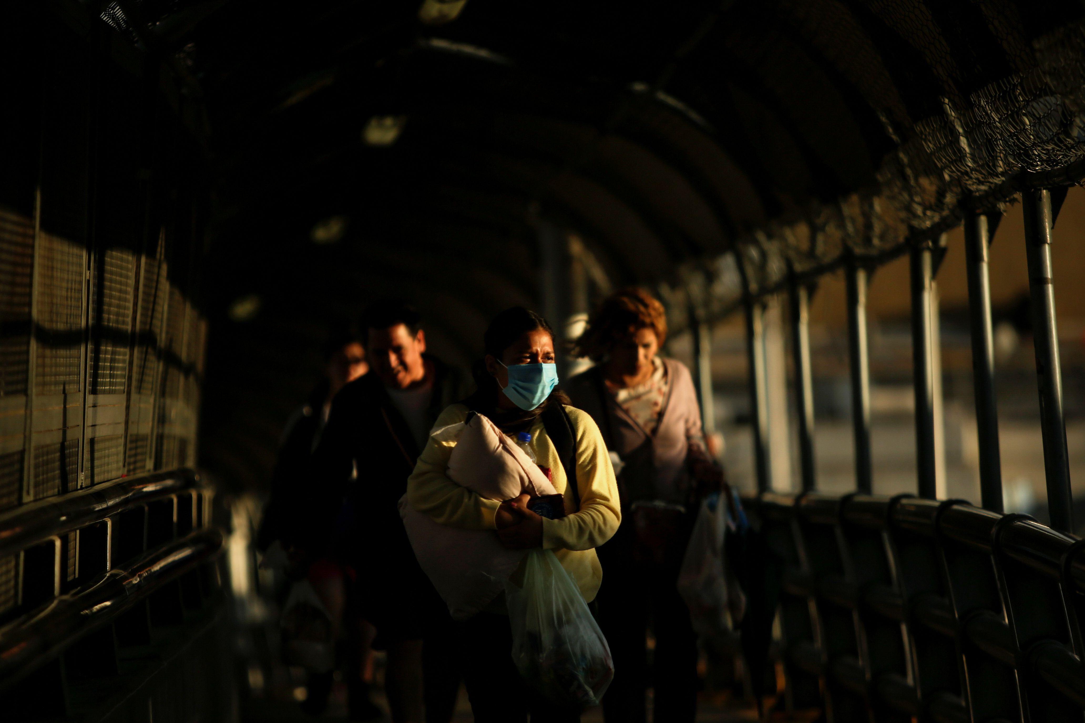 Mujer en Ciudad Juárez utiliza un cubrebocas como medida de precaución (Foto: Reuters / José Luis González)