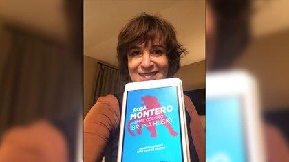 Rosa Montero y una selfie con su nuevo libro, Animal oscuro.