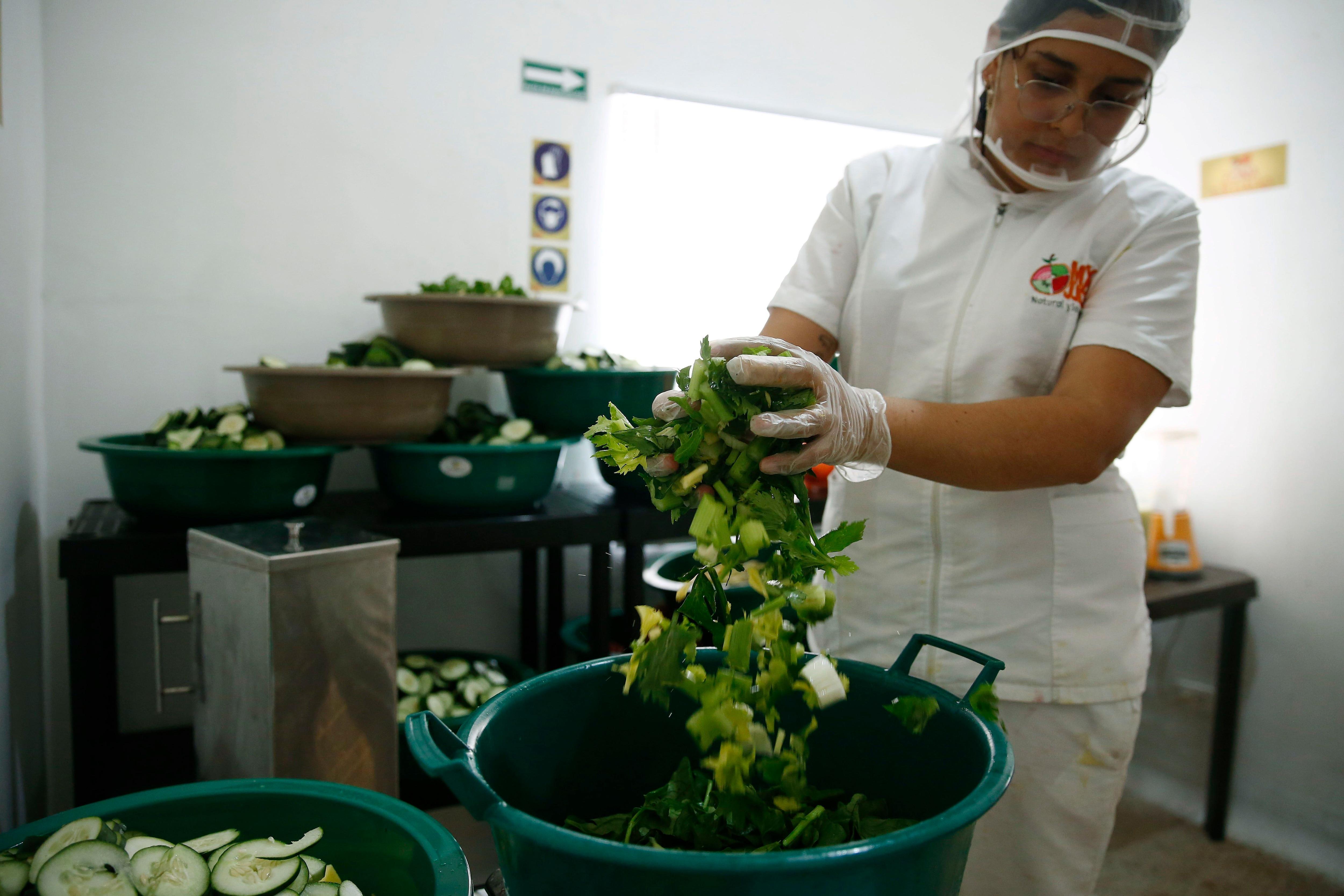 La encuesta reveló que las empresas que generaban más de dos empleos tuvieron que reducir su fuerza laboral en un 44 %. EFE/Luis Eduardo Noriega A.