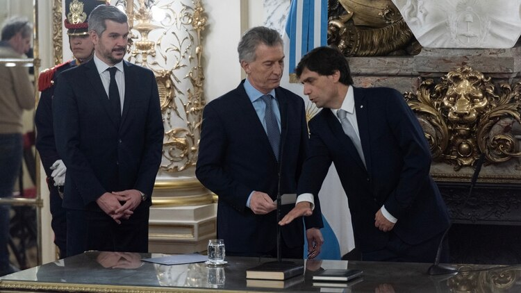 Lacunza en su jura de hoy. A la derecha de Macri, Marcos Peña (Adrián Escandar)