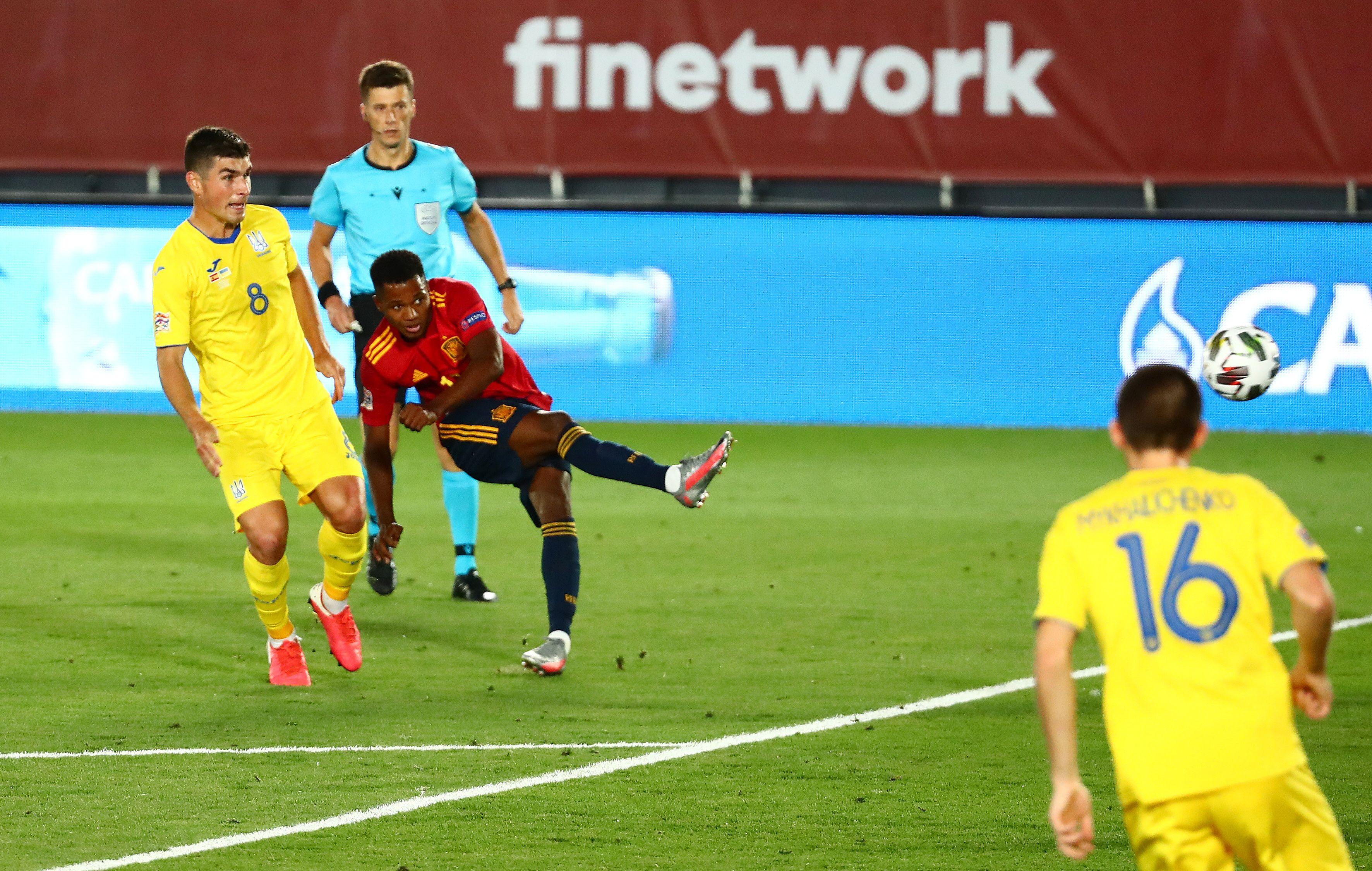 El partido entre España y Ucrania tuvo también otro récord, cuando Ansu Fati, delantero del Barcelona, marcó el 3-0 y con apenas 17 años se transformó en el goleador más joven de la historia de La Roja (Reuters)