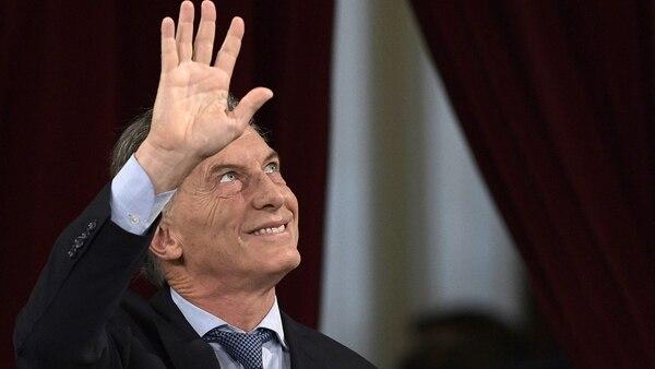 Mauricio Macri saluda a uno de los palcos de la Asamblea Legislativa (Foto: AFP)