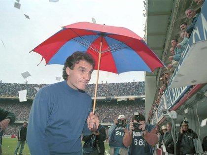 La escena de Ruggeri en la Bombonera con la sombrilla de San Lorenzo en 1999 (FotoBaires)
